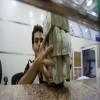 مسؤول بالشرعية يرسل 15 مليون ريال يمني كهدية لقيادي بحزب الإصلاح