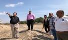 عدن : تسليم موقع لحفر آبار جديدة للمياه في البساتين بمديرية دارسعد