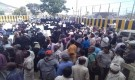معلمون ومعلمات يحتشدون بوقفة احتجاجية كبرى أمام معاشيق عدن حاملين مطالبهم وحقوقهم على أكتافهم