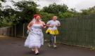 عروس تجري بثوب زفافها لتجمع المال لأعمال خيرية