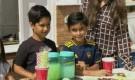 جمعا 53 ألف دولار.. طفلان إنجليزيان يبيعان عصير الليمون لمساعدة اليمن