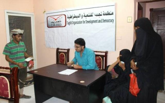 منظمة تجديد تسدد ديون عدد من الأسر الفقيرة والمتعثرة للبقالات في مختلف مديريات عدن