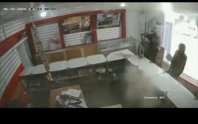 شاهد فيديو الاقتحام الحوثي المسلح الذي اثار حفيظة الوزير الإرياني
