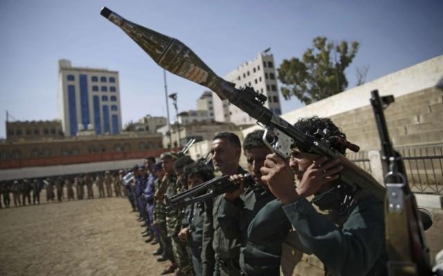 الحوثيون يحتجزون 150 صهريج وقود لمضاعفة معاناة السكان