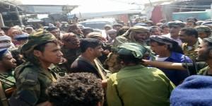 مدير أمن أبين يلتقي بالمواطنين في المحفد خلال تجوله سوق المدينة