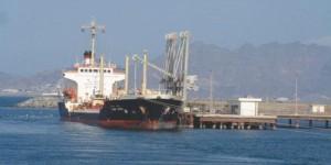 الشرعية توافق على دخول شحنات وقود إلى ميناء الحديدة