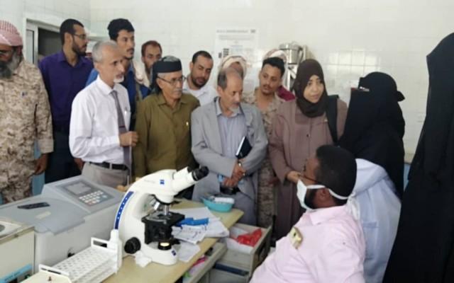 Photo of لجنة طبية واغاثية لمنسق المنظمات الدولية تتفقد أوضاع مستشفى زنجبار ومركز الامومة بأبين