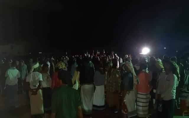توافد المئات الى منطقة المصينعة لحضور فعالية مرتقبة للانتقالي بشبوة