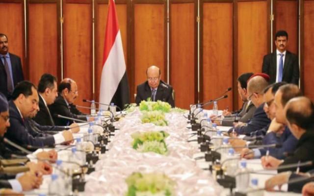 سياسيون يمنيون يرهنون نجاح الحكومة بإنقاذ الاقتصاد وتثبيت الأمن