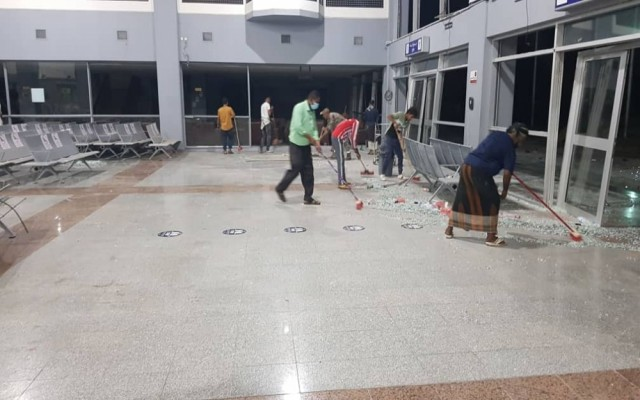 تنفذا لتوجيهات رئيس الوزراء.. إعادة تجهيز مطار عدن الدولي لاستئناف التشغيل